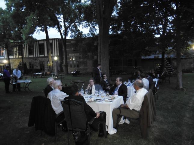 Les Convives dans les somptueux jardins du Club de la Garnison de Québec